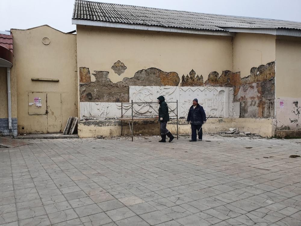 В Волгодонске разрушают исторический барельеф героям сказок Пушкина
