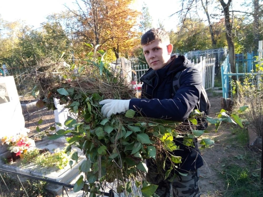 Активисты привели в порядок захоронения ветеранов Великой Отечественной войны