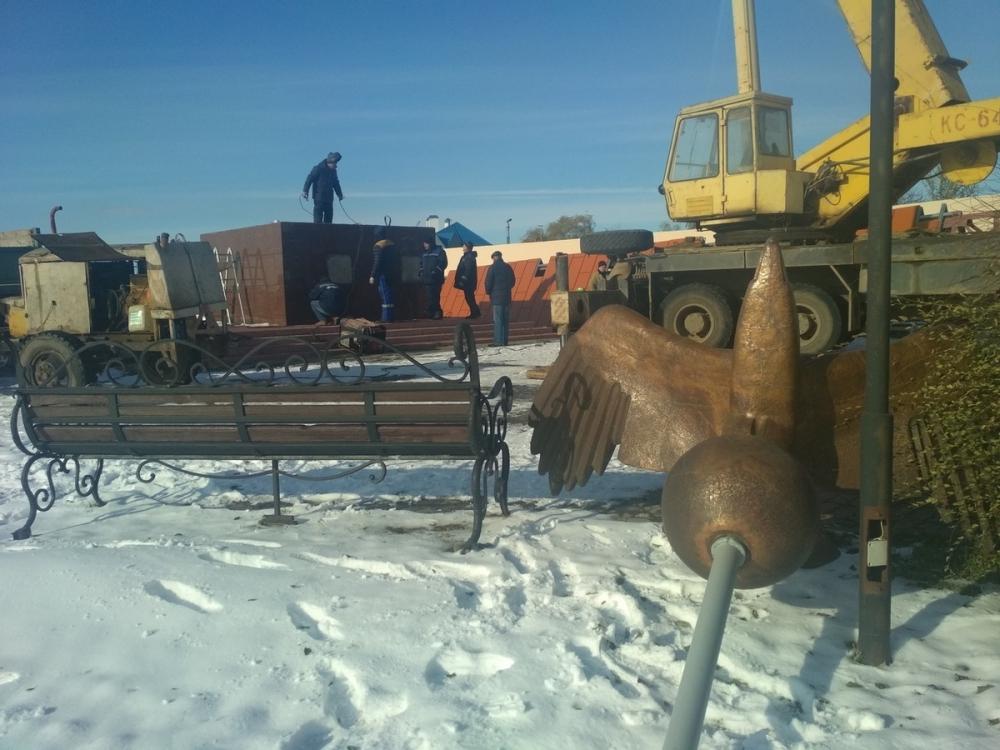 Рухнувшую стелу «Слава строителям Волгодонска» начали устанавливать на свое место