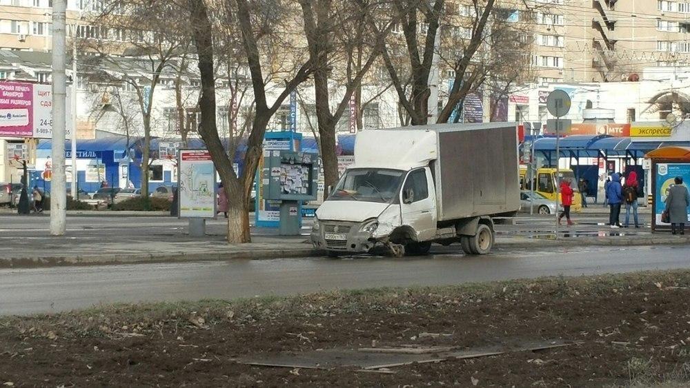 Разбитая «Газель» – новая достопримечательность в центре города? – читатель «Блокнота Волгодонска»