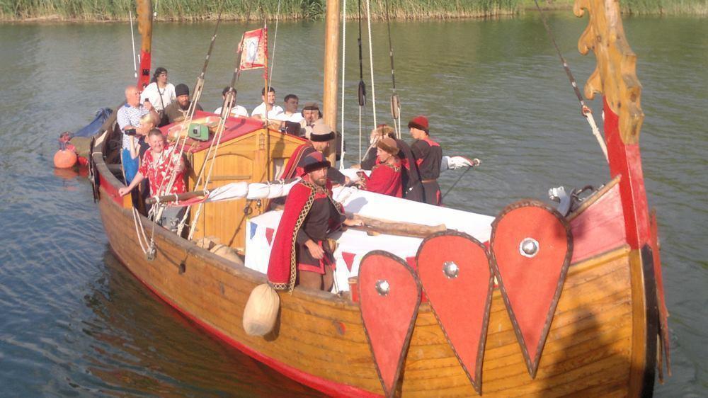 «Святорусские богатырцы» на деревянной ладье пришвартовались у берега волгодонского яхтенного центра