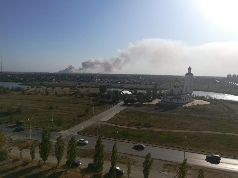 Десятки пожарных машин и спецтехники тушат горящую свалку в Волгодонске