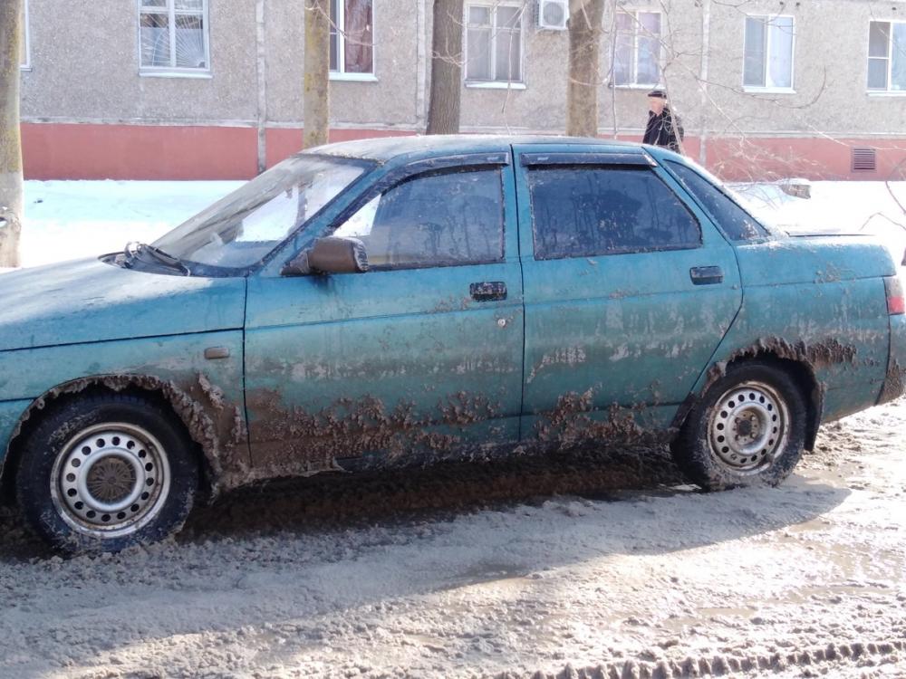 Припаркованные на обочине машины закидала грязью и снегом коммунальная техника