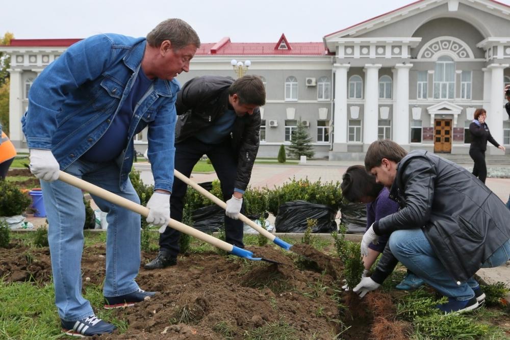 Работники администрации и депутаты посадили деревья и кустарники у памятника «Речник и рабочий»