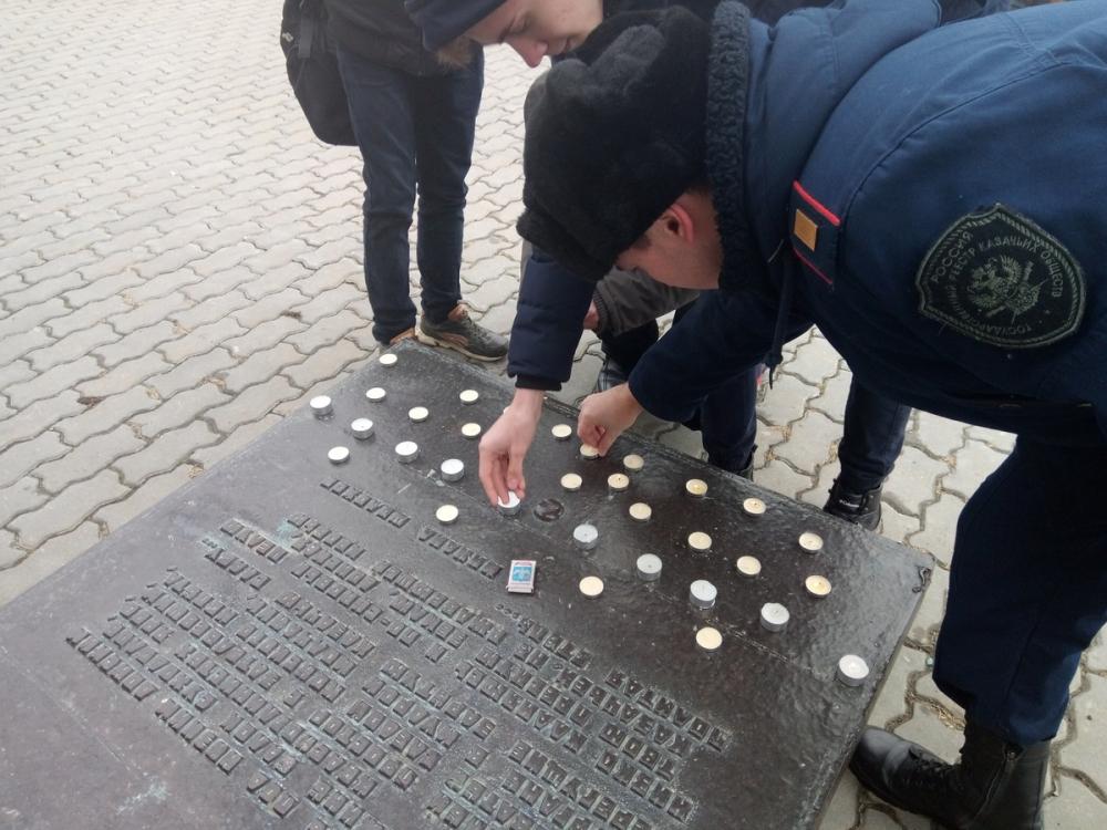 У памятника Бакланову зажглись свечи