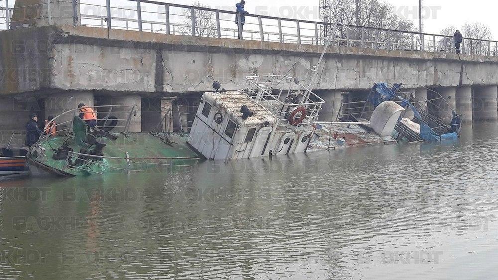 На спецпричале Волгодонска утонул забытый всеми катер администрации Цимлянского района - возможна утечка топлива