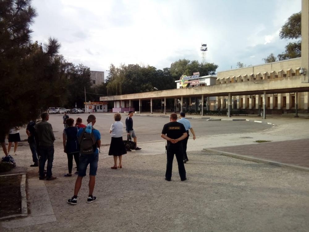 В Волгодонске оцепили вокзал из-за подозрительной сумки, оставленной мужчиной в шляпе