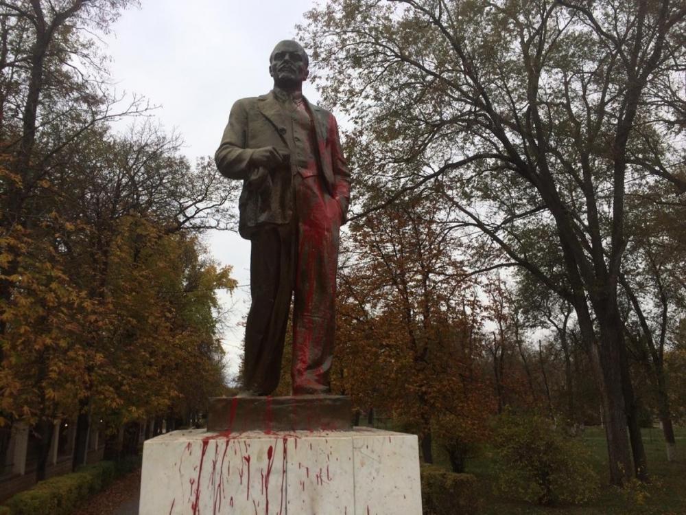 В ночь на 7 ноября памятник Ленину в сквере «Юность» облили красной краской