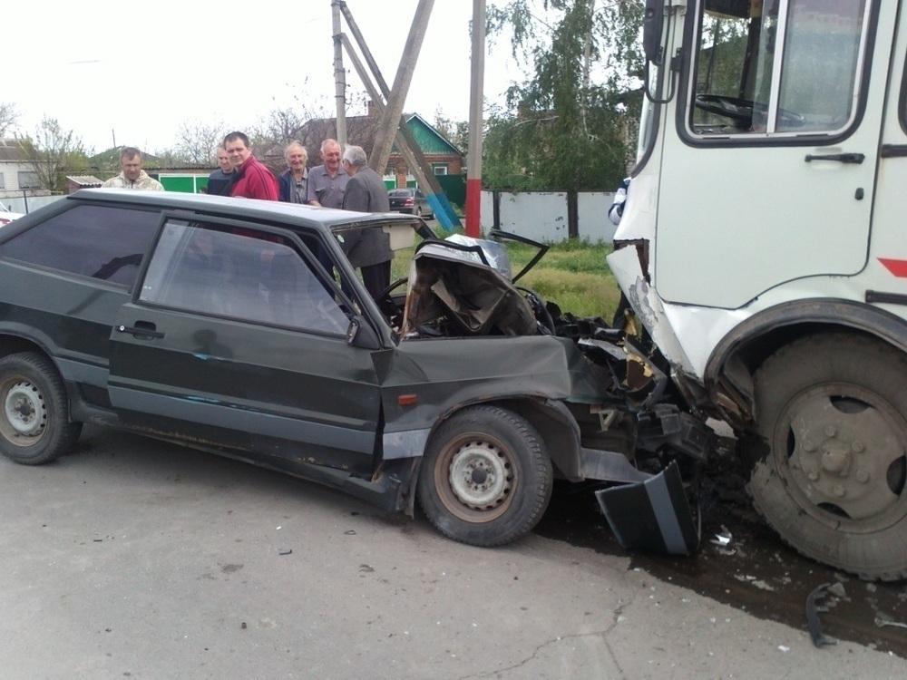 В Морозовске ВАЗ столкнулся с автобусом
