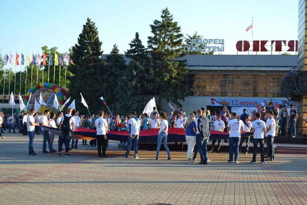 Огромный триколор пронесли по улице Ленина в честь Дня России в Волгодонске