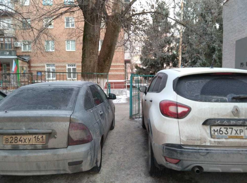Припаркованные автомобили перегородили проход воспитанникам садика «Голубые дорожки»