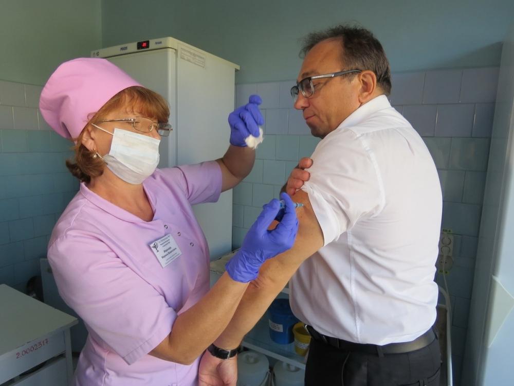 Главврач Волгодонска Владимир Бачинский одним из первых привился от гриппа