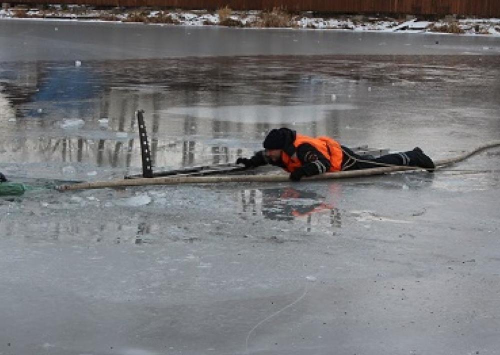 Пытаясь достать из воды утонувших рыбаков, спасатели провалились под лед в Волгодонске
