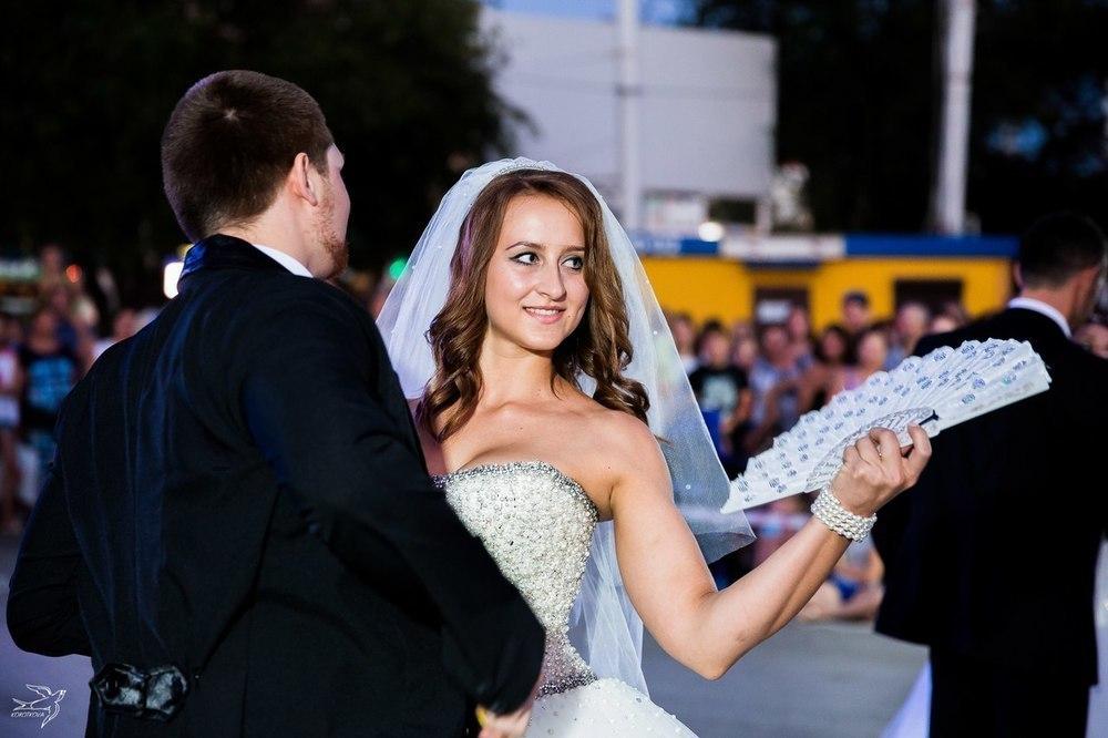 Танцующие невесты на Комсомольской площади восхитили Волгодонск