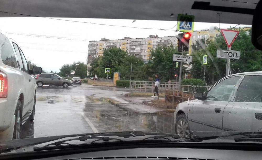 Волгодонец предлагает установить знак «Стоянка и остановка запрещена» перед светофором на Черникова