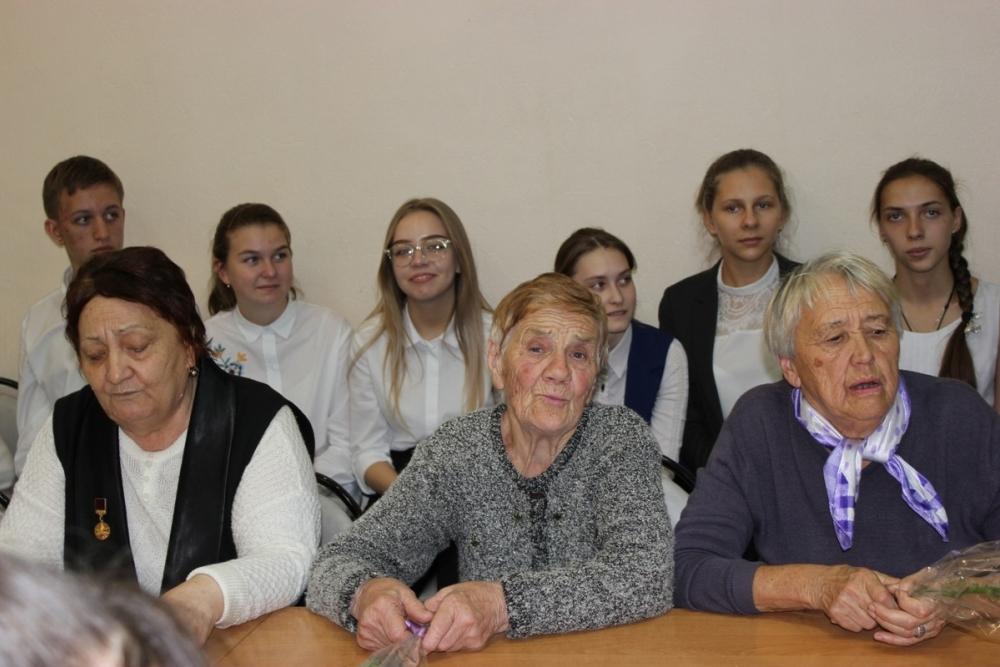 Ветераны комсомола встретились со старшеклассниками школы №9