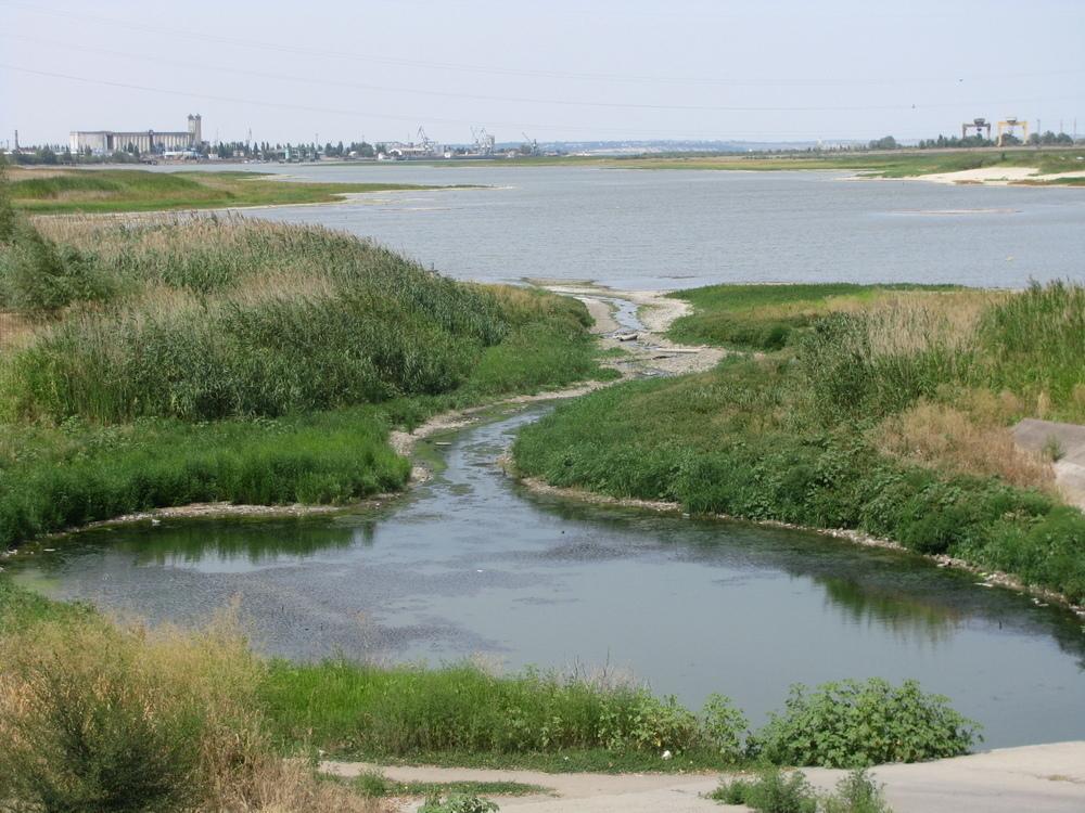 Сухосоленовский залив в Волгодонске распался на две части