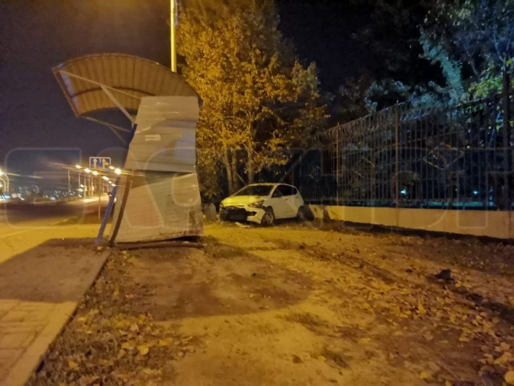 Водитель «Хендай» снес забор и врезался в остановку на Степной в Волгодонске
