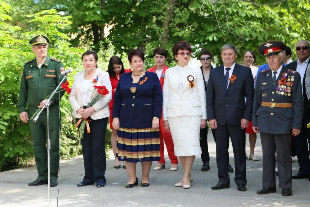 Волгодонцы почтили память павших и возложили цветы к братским могилам и памятникам