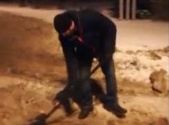 Волгодонцы сами решили очистить улицы от снега, не дождавшись «занятых» коммунальщиков