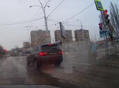 Проехавший на «красный» в центре Волгодонска водитель BMW окатил из лужи пешеходов