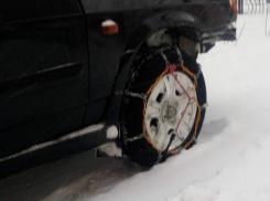 Волгодонцы надевают цепи на колеса автомобилей, чтобы ездить по заснеженным дорогам