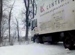 Снежную бурю на ледяной трассе Волгодонск-Ростов сняли на видео автомобилисты
