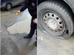 Яма «убийца» возле гипермаркета в Волгодонске лишила колес шесть автомобилей