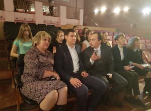 Министр культуры области Владимир Бабин побывал на репетиции спектакля в драмтеатре Волгодонска