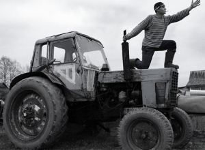 Пьяный тракторист угнал трактор и поехал за выпивкой