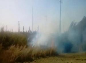 В Красном Яру пожар подбирается к жилым домам