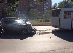 В Волгодонске «Ниссан» врезался в автобус и спровоцировал крупный дорожный затор