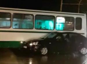 Пассажирский автобус развернуло на пересечении улиц Энтузиастов и Гагарина, после столкновения с черным «ВАЗом»