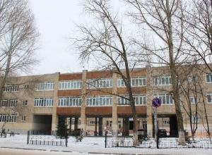 Школьница в гимназии №5 Волгодонска упала со ступенек и получила серьезную травму позвоночника
