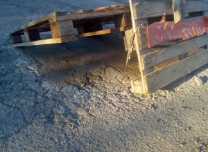 19-летний студент лицея №71 вручную устраняет ямы на дорогах вместо дорожников, − читатель
