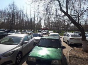 Волгодонец снял на видео массовую парковку на газонах и во дворах спального района у «Школы милиции»