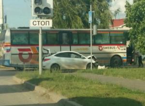 Иномарке искорежило крышку капота, после столкновения с автобусом Volvo в Волгодонске