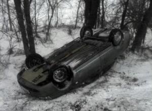 Уходя от лобового столкновения с микроавтобусом водитель «Приоры» слетел в кювет на трассе Ростов-Волгодонск