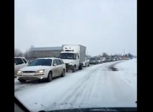Из-за упрямых водителей десятки автомобилистов простояли в пробке полчаса и опоздали на работу
