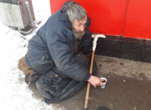 Мерзнувший на морозе бомж привлек внимание сердобольной женщины