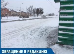Чтобы утром уехать на работу, пришлось пробираться через сугроб, - волгодонцы о занесенных снегом остановках города