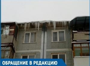 Сосульки и снежные навесы размером с человеческий рост на крышах домов пугают волгодонцев