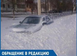 Метровые сугробы на улицах Волгодонска засыпали автомобили и пешеходные дорожки: последствия снегопада