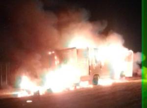 Горящий фургон с канцтоварами под Волгодонском сняли на видео очевидцы