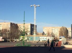 В Волгодонске приступили к монтажу главных новогодних елей