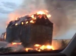 КАМАЗ с сеном вспыхнул на трассе Волгодонск-Зимовники