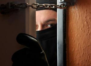 Голодный вор взломал дом волгодонской пенсионерки и похитил мобильный телефон и продукты