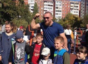 Спортивную площадку с антивандальными тренажерами подарил микрорайону В-7 Дмитрий Кудряшов