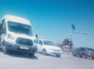 На трассе Ростов-Волгодонск легковушку отбросило в кювет после тройного ДТП с микроавтобусом и «Калиной»
