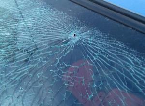 Заднее стекло автомобиля расстреляли возле дома в Волгодонске